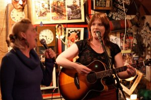 Sorcha and Kelly putting in a folktastic performance at Gari Gari photo by Kyoko Obayashi